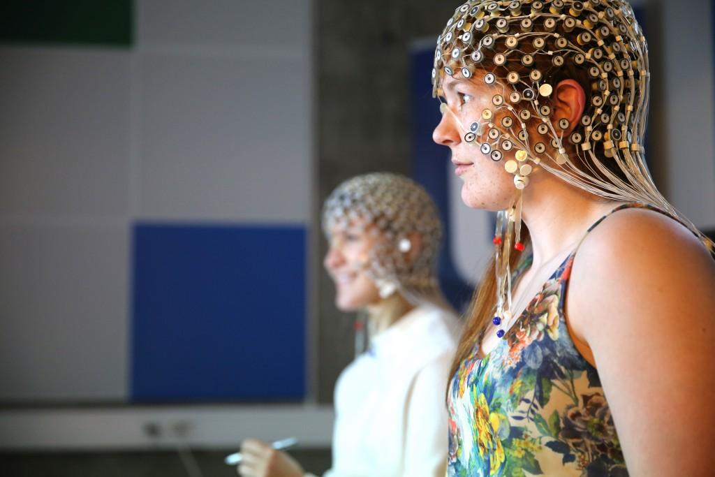 Elektroencefalografi, eller EEG, ble brukt for å undersøke hva som skjer i hjernen når vi skriver på et tastatur eller når vi tegner på et nettbrett. Tegning aktiverer større nettverk i hjernen enn tasting, og hjernen kommuniserer mellom de ulike hjerneområder ved hjelp av et stort antall nevroner som svinger i utakt. I denne tilstanden er hjernen mer mottakelig for læring.