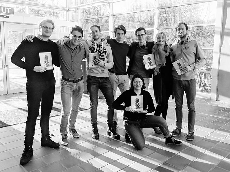 Fra venstre: Per Helge H. Larsen, Adrian Vestøl, Andreas L. Massey, Valdemar K. Olsen, Tiffany Lussier, Hans Fredrik Sunde, Allin Timmansvik og Are Malvik. Merk! Ikke alle redaksjonsmedlemene er tilstedet på bildet.